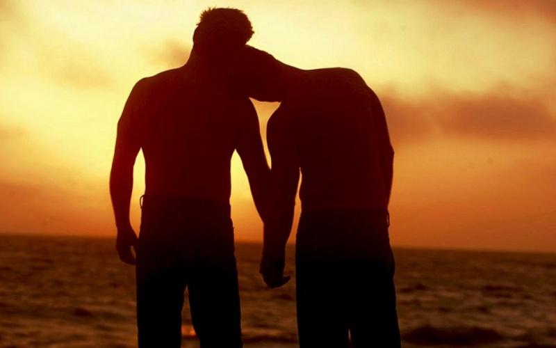 Referendumul dă rezultate! Disperați să scape, patru homosexuali de la Athenee Palace și-au tras ilic peste cămașa de latex