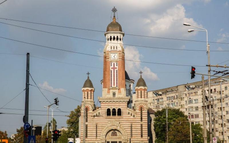 Preoții Catedralei din Ploiești, apel disperat către primarul Volosevici: Nu mai țipați de vizavi, că n-auzim slujba!